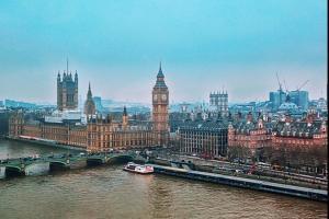 【英媒头条】英国即将启用疫苗护照 欧洲议会通过欧英贸易协议