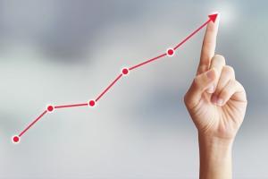 【美股盘中】数据与财报连传好消息 美股大涨逾1%、明星科技股表现亮眼、人民网一则消息引发富途和老虎暴跌